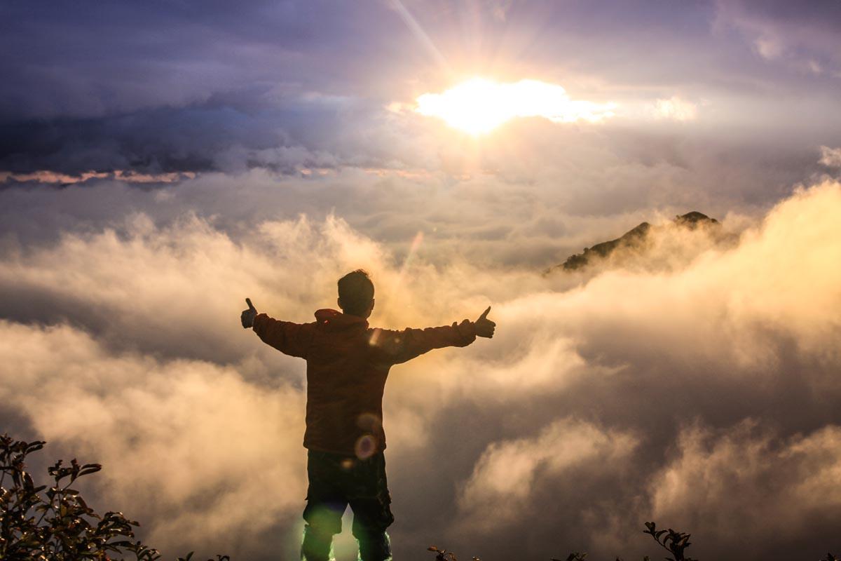 Man som står i solsken från Gud