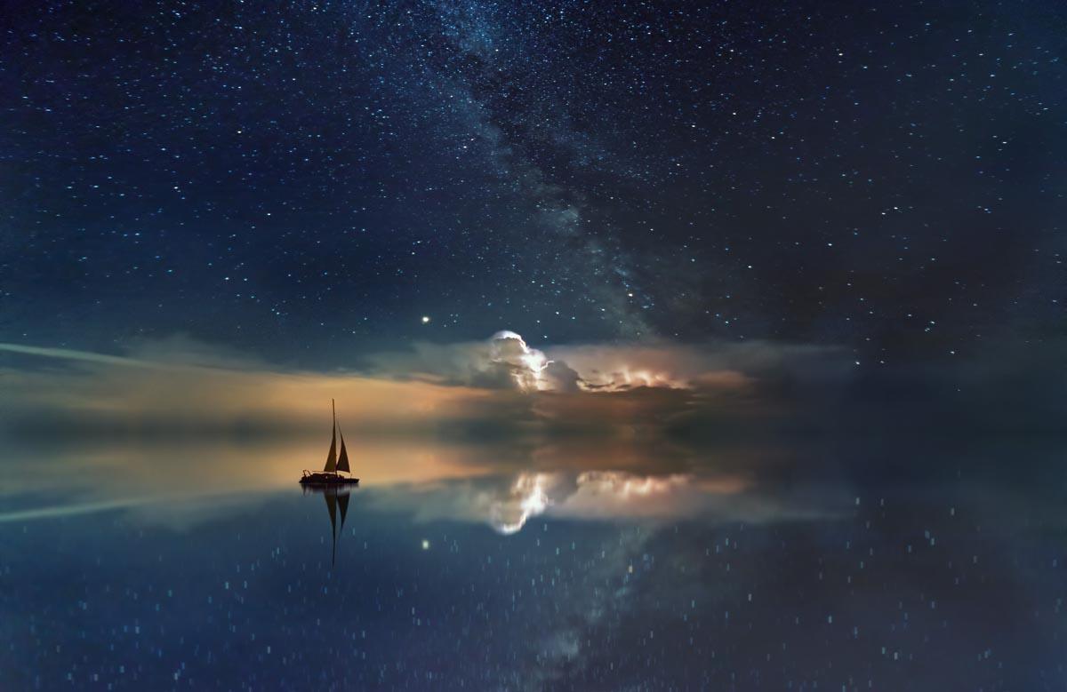 Lite båt på havet en stjärnklar natt
