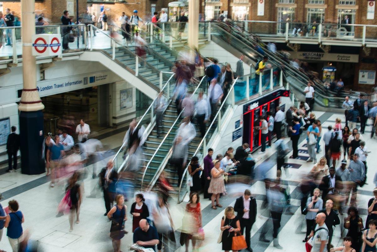 Mycket folk i ett shoppingcenter